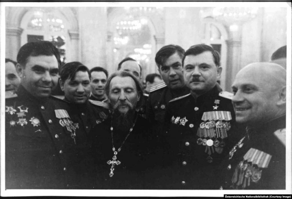 Православен свещеник и група съветски генерали.