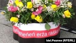 Сыресь Боляень возложил к монументу корзину с цветами