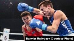 Казахстанский боксер Кайрат Ералиев (в красной форме) во время поединка на чемпионате мира по боксу в Гамбурге. (Автор фото — Данияр Майлыбаев).