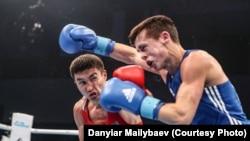 Казахстанский боксер Кайрат Ералиев (в красной форме) на чемпионате мира в германском городе Гамбурге.