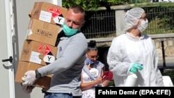 Medicinski radnici unose medicinsku opremu u bolnicu, Sarajevo, 28. april