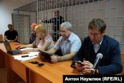 Адвокаты Марина Дубровина, Докка Ицлаев и Илья Новиков в зале суда в Грозном