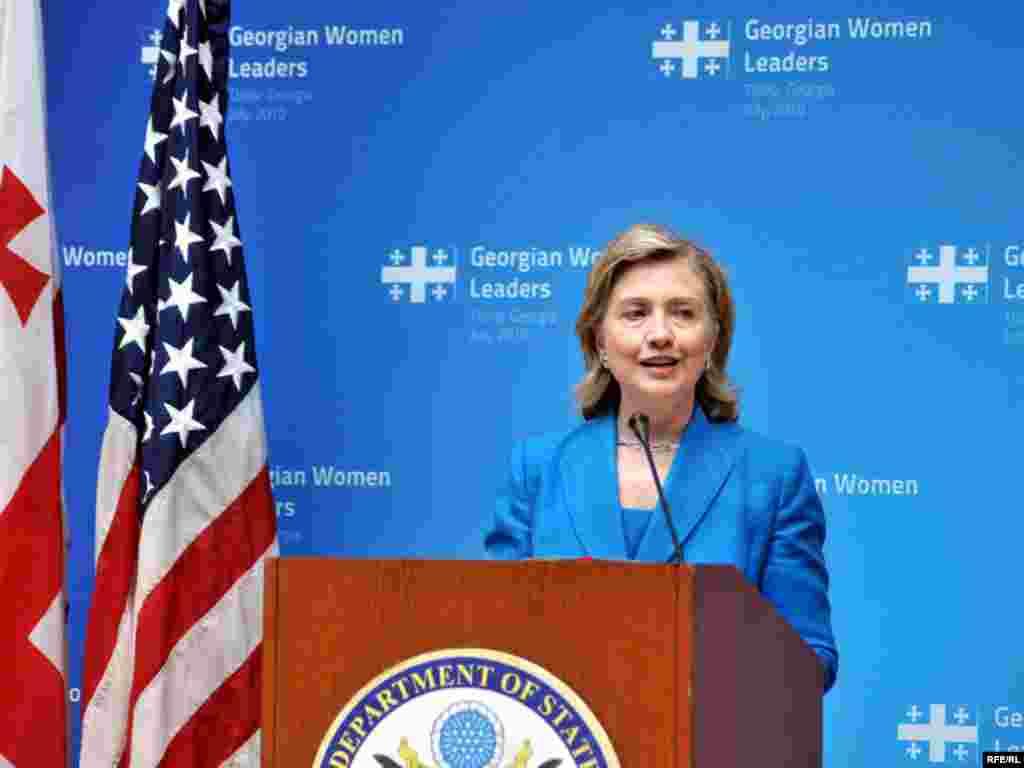 ჰილარი კლინტონის ვიზიტი ლიდერ ქალებთან შეხვედრით დაიწყო - ჰილარი კლინტონის ვიზიტი 11 საათსა და 40 წუთზე დაიწყო და დაახლოებით 6 საათი გაგრძელდა. ამ ხნის მანძილზე აშშ-ის სახელმწიფო მდივანმა ოფიციალური შეხვედრები გამართა და ძველი თბილისიც მოინახულა.