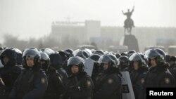 Полицейские стоят на площади в Актау. 19 декабря 2011 года.