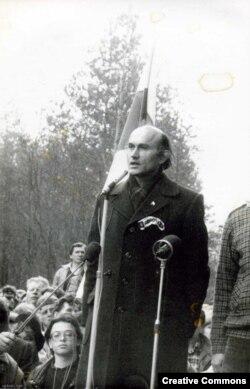Мітынг на Дзяды-88. Выступае Зянон Пазьняк. Фота vytoki.net