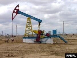 Нефтекачалка на месторождении компании 'Озенмунайгаз' в Мангистауской области.