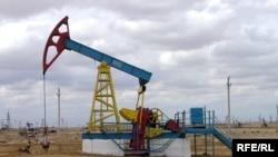 """Нефтекачалка на месторождении компании """"Озенмунайгаз"""" в Мангистауской области."""