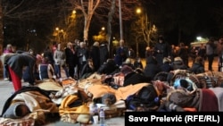 Majke, korinice naknada sa troje ili više djece na platou ispred Skupštine Crne Gore štrajkuju glađu