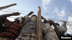 Սոմալիից փախստականները փորձում են մուտք գործել Քենիայի Դադաաբ փախստականների ճամբար, արխիվ