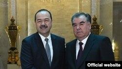 Эмомали Рахмон (справа) и премьер-министр Узбекистана Абдулло Арипов. Архивное фото