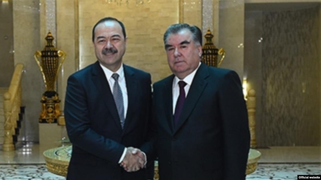 Бош вазир Абдулла Арипов (чапда) президент Эмомали Раҳмон томонидан 10 январда қабул қилинди.