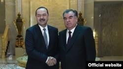 Тәжікстан президенті Эмомали Рахмон (сол жақта) мен Өзбекстан премьер-министрі Абдулла Ариповтың кездесу сәті. Душанбек, 10 қаңтар 2018 жыл.