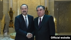 Президент Таджикистана Эмомали Рахмон (справа) и премьер-министр Узбекистана Абдулла Арипов. Душанбе, 10 января 2018 гогда.