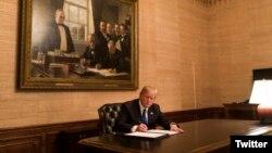 Donald Trump la Casa Albă, semnând un decret.