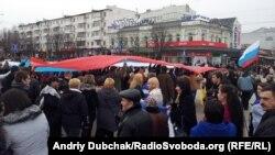 Simferopolyň Lenin skwerinde rus baýdagy, 1-nji mart, 2014.