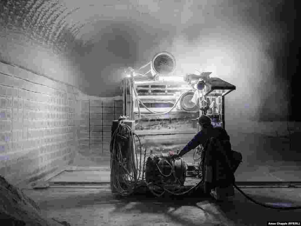 Рабочий режет соль на блоки. Ученые спорят, настолько ли полезна соляная пыль для респираторных больных, как считается. Однако после того, как польский врач Феликс Божковский заметил, что рабочие на соляных шахтах не страдают заболеваниями легких, как их коллеги на добыче других ископаемых, родилась даже целая индустрия целительства под названием «галотерапия».