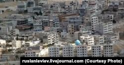"""Синий купол мечети """"Аль-Фарук"""" на фоне домов в центре города Джиср эш-Шугура"""