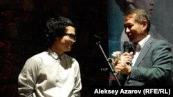"""Режиссер Эмир Байгазин (слева) и генеральный директор киностудии """"Казахфильм"""" Ермек Аманшаев. Алматы, 4 декабря 2013 года."""