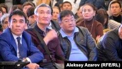 Сторонники строительства горного курорта. Третий слева – политолог Айдос Сарым.