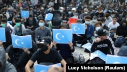 Hong Kong protesters hold East Turkestan Uyghur flags at a rally in support of Xinjiang Uyghurs' human rights. (file photo)