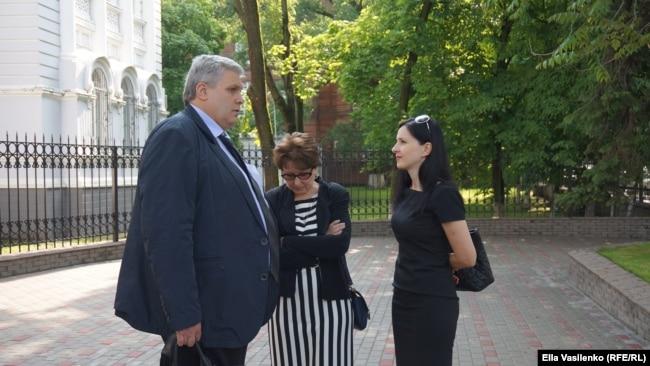 Мать Лари�а и �е�тра К�ени� � омбуд�меном Валентином Богданом, пред�тавл�вшем в �уде интере�ы Юри� О�ипенко