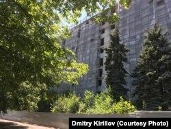 """Гостиницу """"Украина"""" закрыли на реконструкцию в 2011 году и должны были сдать к Чемпионату Европы по футболу 2012 года, но не успели. Здание простояло в лесах до начала боевых действий, а сейчас заброшено. Фото автора, август 2019 года"""