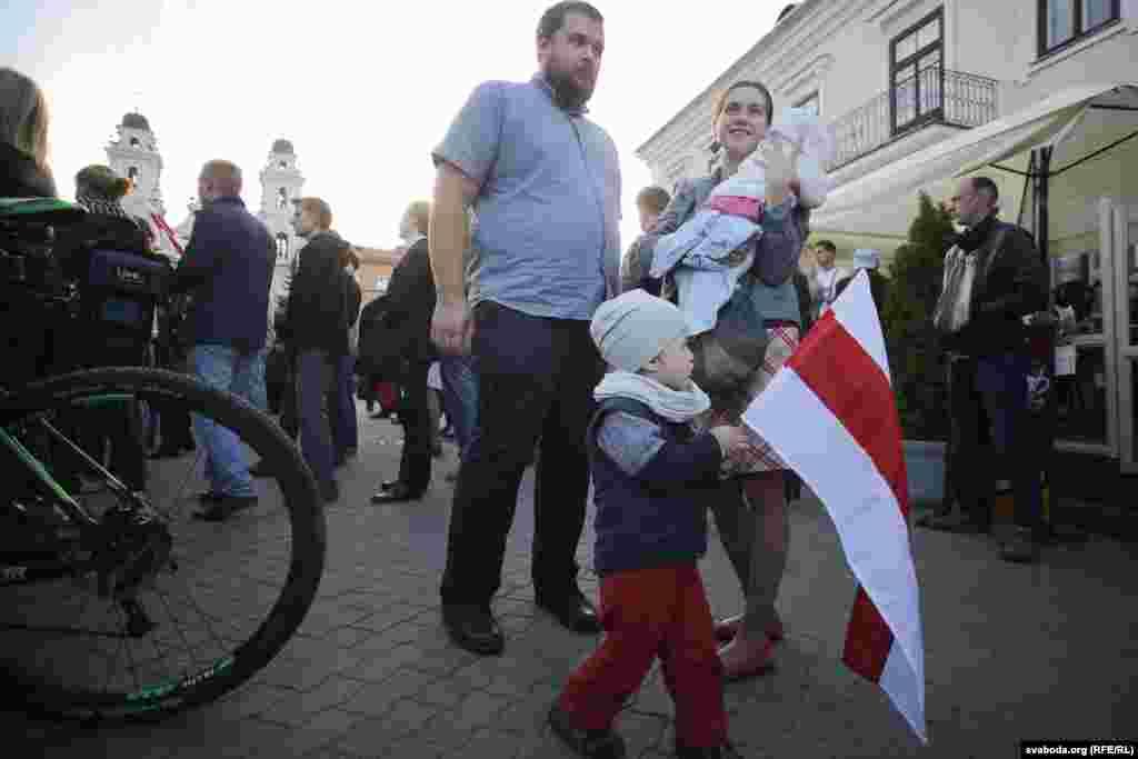 На акцию протеста пришли люди разных возрастных групп.