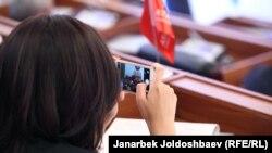 Депутат Жогорку Кенеша на заседании.