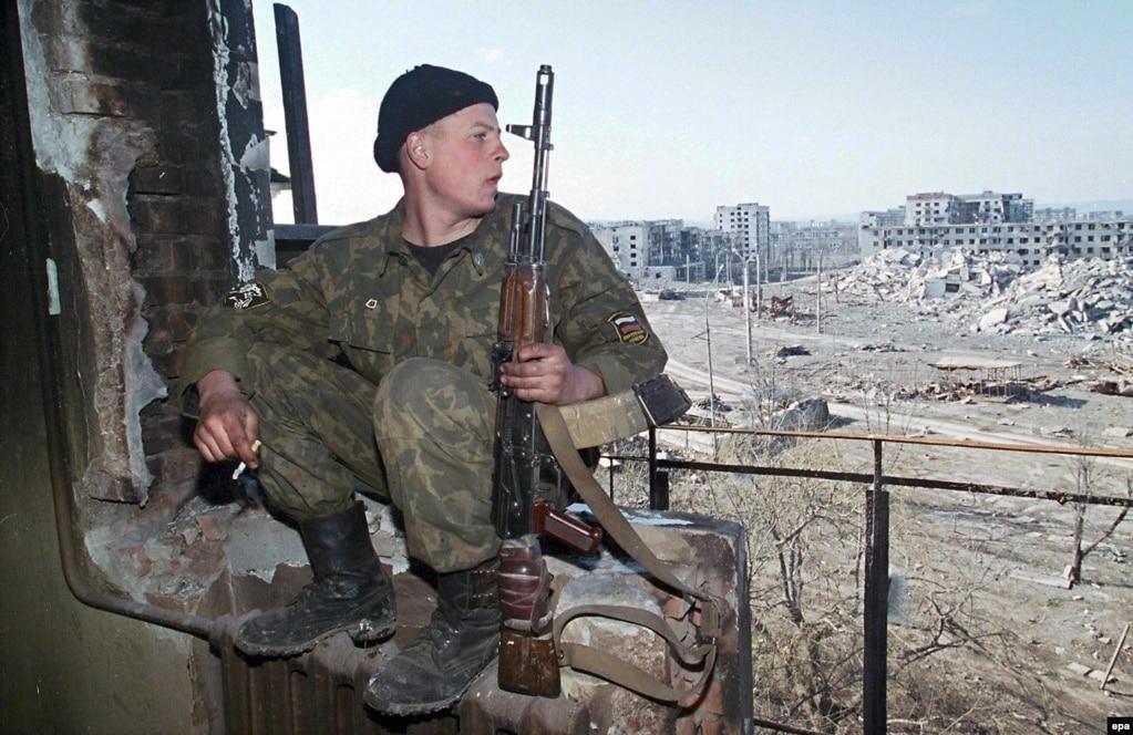 """2009 жылы сәуірде Кремль Шешенстандағы """"терроризмге қарсы операция"""" аяқталғанын мәлімдеді. Бұл қақтығыстан шамамен 50 мыңнан 80 мыңға дейін адам көз жұмды. Көбі - бейбіт тұрғын."""
