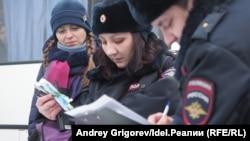 Полиция хезмәткәрләре һәм активист Вера Керпель (сулда) 16 декабрдә активистларның чатыр лагере урынында