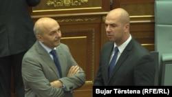 Kryeministri i Kosovës, Isa Mustafa dhe deputeti i Listës Serbe, Slavko Simiq, gjatë një seance të mëhershme në Kuvendin e Kosovës