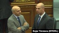 Arkiv - Kryeministri i Kosovës, Isa Mustafa, duke biseduar me kryetarin e Listës Serbe, Slavko Simiq