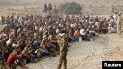 ساکنان موصل در یک پست بازرسی نیروهای عراقی (عکس از آرشیو)