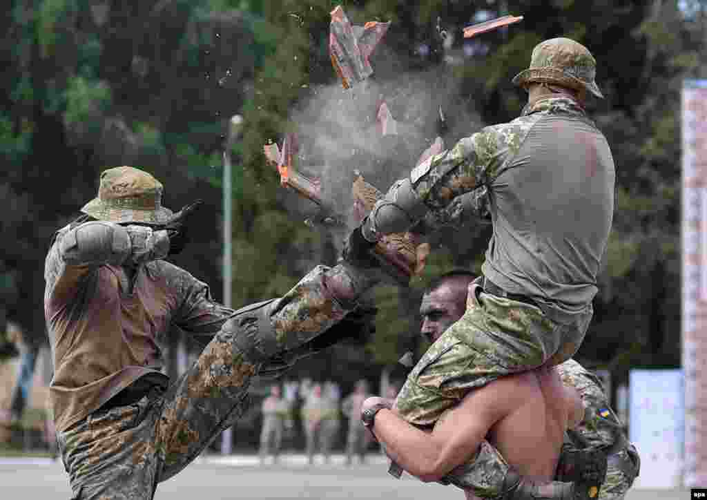 Ukrainian paratroopers show off their martial-arts skills during a show at a military base in Lviv. (epa/Mykola Tys)