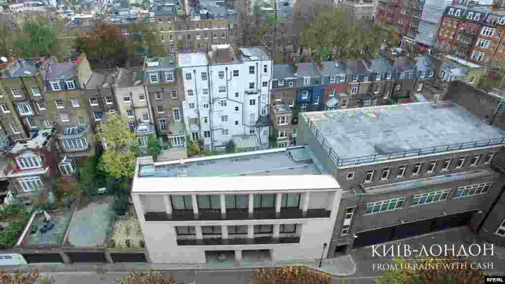 Зовсім неподалік від квартири стоїть будинок Дмитра Фірташа, який він придбав за 60 мільйонів фунтів (це 80 мільйонів доларів) в одного з найпрестижніших девелоперів Лондона Майка Спінка