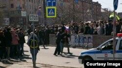 Затримання одного з учасників акції «Він нам не цар», Челябінськ, 5 травня 2018 року