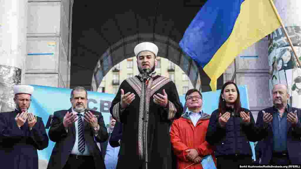 Муфтій Духовного управління мусульман Криму на материковій Україні Айдер Рустамов прочитав дуа