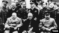 """""""Большая тройка"""" в Ливадии. Премьер-министр Великобритании У.Черчилль, президент США Ф.Рузвельт и секретарь ЦК ВКП(б) И.Сталин."""