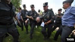 Полиция рұқсат етілмеген гей-парадқа қатысқан адамды әкетіп барады. Санкт-Петербур, 7 шілде 2012 жыл. (Көрнекі сурет)