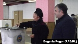 A woman casts her vote in Comrat, in the Gagauz region, on November 30.