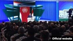 Президент Таджикистана Эмомали Рахмон выступает перед членами правительства.