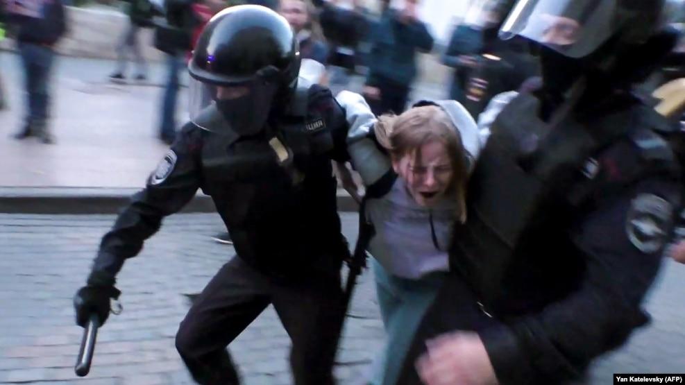 Задержание Дарьи Сосновской 10 августа после митинга на проспекте Сахарова в Москве
