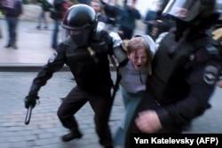 Полиция задерживает участницу митинга в защиту честных выборов в Москве, 10 августа 2019 года