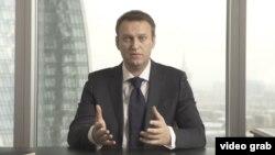 Алексей Навальный Ресей президенті сайлауына түсетіні туралы мәлімдеме жасап тұр. YouTube сайтында жарияланған видеодан скриншот.