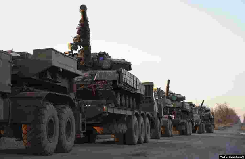 Українські танки під час транспортування біля Урзуфа, південне узбережжя Азовського моря, 29 листопада 2018 року