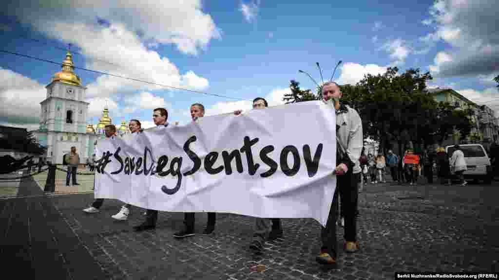 Після акції на майдані Незалежності учасники влаштували ходу в бік посольства Франції
