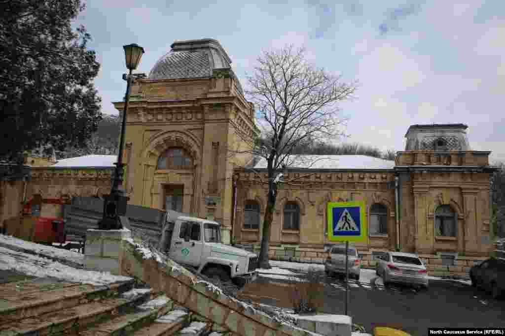 Нижние Пушкинские ванны. В начале 20 века был построен огромный комплекс из двух ванных (для мужчин и женщин) и нескольких подсобных зданий. Несмотря на то, что строения отличались друг от друга экстерьером, оба были выдержаны в едином стиле: мощные стены из белого камня и бежевого кирпича