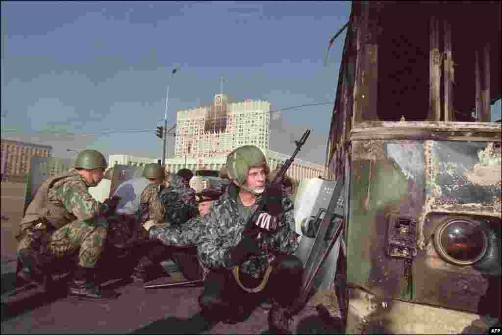 Russian special forces taking cover on the morning of October 4 shortly before assaulting the parliament building.
