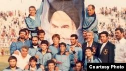 مصطفی داودی، نفر دوم از راست، در زمان همراهی تیم کشتی آزاد ایران در بازیهای آسیایی دهلی در ۱۹۸۲
