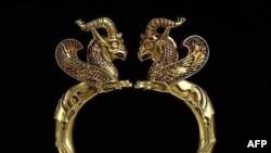 در اين نمايشگاه عمدتا جواهراتی که برخی از آنها قدمت شان به چندين هزار سال می رسد به نمايش گذارده شده اند.